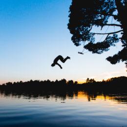 zdjęcie człowieka skaczącego do wody